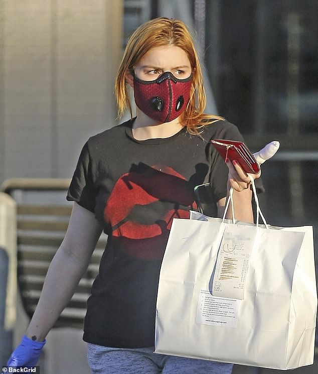Ariel Winter is unrecognisable  and looks unwell while going for takeout